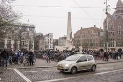 На людях улицы идя и moving кораблях Стоковая Фотография