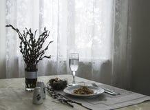 На яичка ветвях вербы ножа вилки зеленого лука тушёного мяса плиты салфетки таблицы vegetable стеклянных триперстки солят ветви в Стоковая Фотография RF