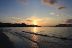 над ярким восходом солнца моря красок Стоковое Фото