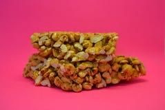 На яркой красочной розовой бумажной предпосылке располагает и помещено от очень вкусного и сладостного приготовления на гриле сте стоковое фото