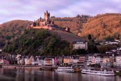 над cochem замока здания продолжайте обнаруженный местонахождение холм европы Германии готский moselle нео выдающее река кажется  Стоковые Изображения RF