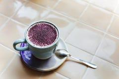 На latte на таблице Плоский, взгляд сверху Стоковые Фото
