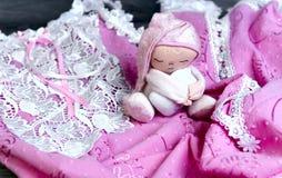 На nightgown деревянного стола чувствительном розовом Стоковое Фото