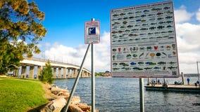 На Sans парке Souci причал известное пятно рыбной ловли Оно показывает большой знак о рекреационных правилах и нормы рыбной ловли Стоковая Фотография RF