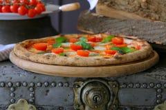 Неаполитанская пицца с моццареллой, томатом вишни и свежим базиликом Стоковое Изображение RF