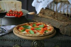Неаполитанская пицца с моццареллой, томатом вишни и свежим базиликом Стоковая Фотография RF