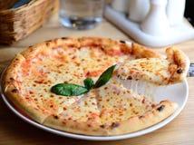 Неаполитанская пицца Margherita при моццарелла и томатный соус, который служат на деревянном столе Пицца от деревянной печи Стоковая Фотография