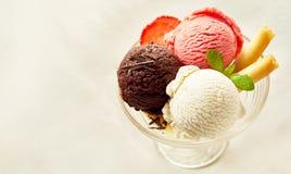 Неаполитанский приправленный Sundae десерта мороженого Стоковое Изображение
