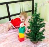 Небездарная башня здания маленького ребенка от пластичных кирпичей Стоковое фото RF