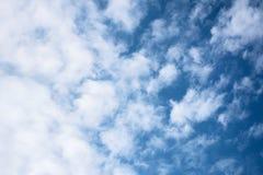 Небесно-голубая предпосылка с облаками заволакивает небо Стоковое фото RF