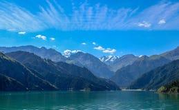 Небесные горы и небесное озеро Синьцзян, Китай стоковое фото rf