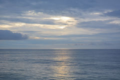 Небесные небеса и штили на море на зоре Стоковые Фотографии RF