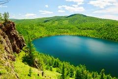 Небесные озеро и лес на горе горба верблюда Стоковые Фотографии RF