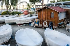 Небольшая гавань с маленькими лодками на берег в Сорренто Италии, конце сезона, проката лодок стоковое изображение rf