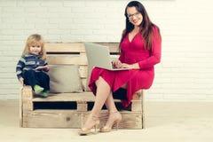 Небольшая девушка мальчика и учителя в стеклах, ведя блог стоковые изображения rf