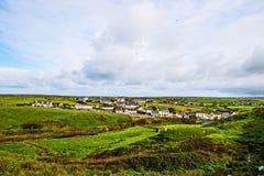 Небольшая деревня на скалах Moher, Ирландии стоковые фотографии rf
