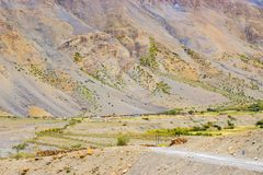 Небольшая довольно деревня спрятанная в горах стоковое фото rf