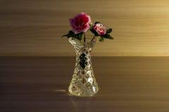 Небольшая кристаллическая ваза с цветком стоковые изображения rf