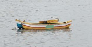 Небольшая покрашенная деревянная рыбацкая лодка в Аравийском море стоковое изображение rf