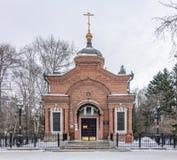 Небольшая правоверная часовня в парке зимы стоковые фотографии rf