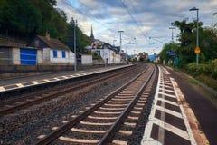 Небольшая сельская железнодорожная станция электропоезда между холмами государства Hessen в Германии стоковые изображения rf