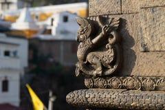 Небольшая скульптура Garuda ornementing висок стоковое изображение