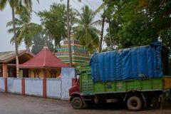 небольшая тележка припаркованная на виске shiva около круга chennamma стоковое фото