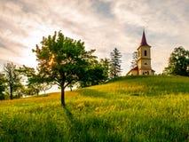 Небольшая церковь в середине сочного зеленого ландшафта весны на солнечный день Церковь St Peter и Pauls на Bysicky около Lazne стоковые изображения rf