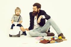 Небольшие водитель мальчика или пилот и бородатый отец стоковое фото