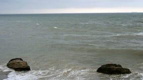 Небольшие волны сломанные на прибрежных камнях в Чёрном море около Одессы Береговая линия, брызгать, разбивая, seafoam акции видеоматериалы