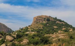 Небольшие гора или холм под голубым небом стоковое фото rf