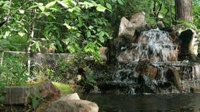 Небольшие декоративные фонтан или водопад камней, подач в декоративный пруд видеоматериал