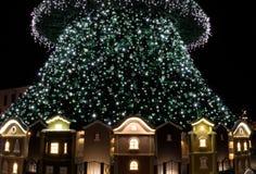 Небольшие дома под рождественской елкой рождество украшает идеи украшения свежие домашние к Стоковое Изображение RF