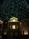Небольшие дома под рождественской елкой рождество украшает идеи украшения свежие домашние к Стоковые Фотографии RF