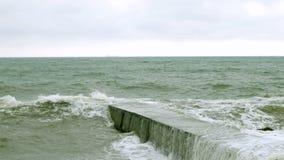 Небольшие разделения волн с волнорезом на Чёрном море около Одессы Береговая линия, брызгать, разбивая, seafoam акции видеоматериалы