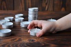 Небольшие свечи - таблетки стоят на деревянном столе стоковые изображения rf
