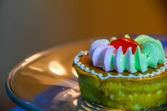 Небольшие торты установили на стеклянной пластинке, еде тормоза соответствующие для еды с кофе стоковые изображения rf