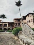 Небольшие улицы похожего на антиквариат городка Альта de Chavon в Доминиканской Республике стоковая фотография