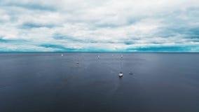 Небольшие яхты плавают в океане Красивое пасмурное море видеоматериал