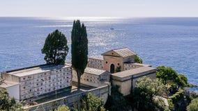 Небольшое кладбище обозревая море в парке Cinque Terre, Лигурии, Италии стоковая фотография