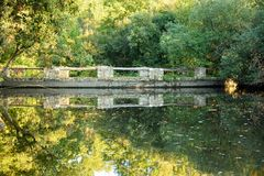 Небольшое озеро осени в сельской местности Стоковое Изображение