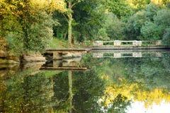 Небольшое озеро осени в сельской местности Стоковые Фото