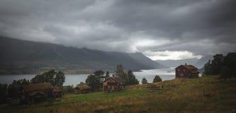 Небольшое поселение над озером Gjevilvatnet в горе Trollheimen стоковая фотография