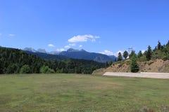 Небольшое футбольное поле в Kastania, Thessaly, Греции с красивым видом к горам, горной цепью Pindus стоковое фото