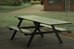 Небольшое черное место picknick, таблица снаружи, в парке стоковое фото