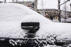 Небольшой автомобиль покрытый со снегом на краю стены древнего города стоковые изображения