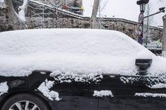Небольшой автомобиль покрытый со снегом на краю стены древнего города стоковая фотография rf