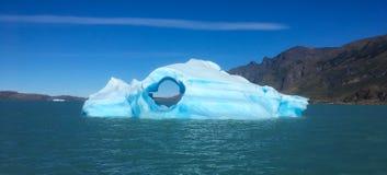Небольшой айсберг в Патагонии на ледниковом озере стоковая фотография rf