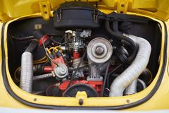 Небольшой двигатель, старый милый автомобиль, в задней части стоковые изображения rf