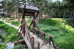 Небольшой деревянный мост на горе стоковые изображения rf